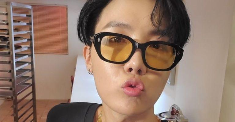 Hashtag mensal incentiva fãs a recriar selfies dos ídolos do k-pop