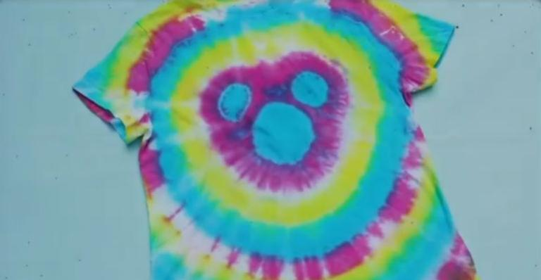 Aprenda a customizar uma camiseta tie-dye do Mickey