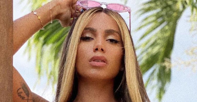 A cantora resolveu mudar o visual, voltou a ser morena, mas pintou as mechas da frente do cabelo de rosa