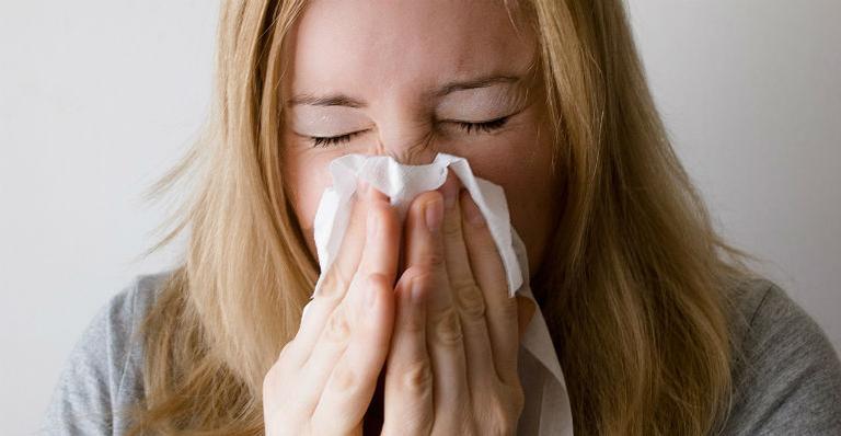 Basta o tempo mudar que a sua garganta coça e o nariz fecha? Isso pode ser sinal de doença respiratória. Descubra em qual se enquadra e como cuidar para respirar sem problemas!