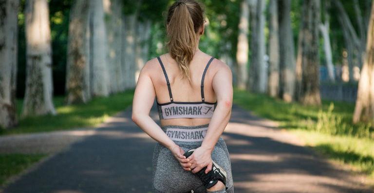 Ainda que a quarentena possa ter mudado sua rotina, não perca o hábito de se exercitar. A rotina de atividades ajuda na saúde física e mental!