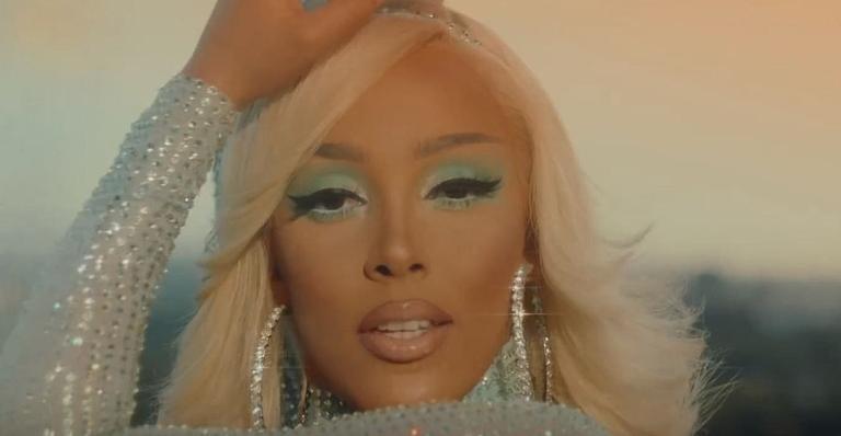 Cantora, que está finalizando um novo álbum, revelou que tem um motivo para seguir os artistas