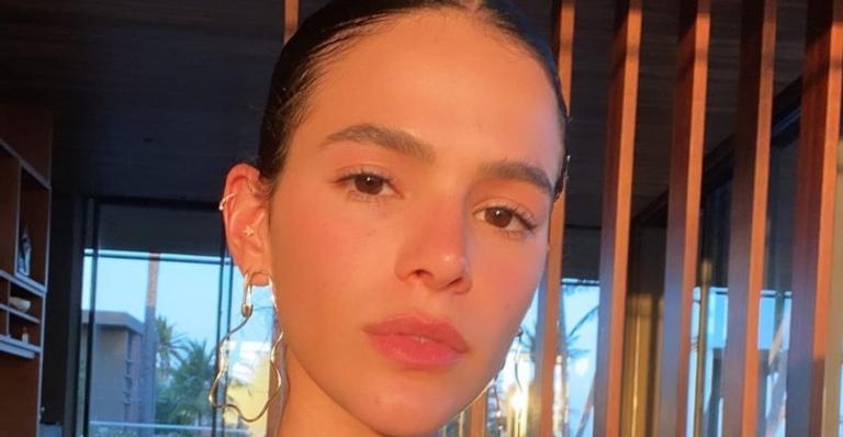 A atriz cantou uma música para a campanha da marca Colcci e recebeu uma chuva de elogios nas redes sociais