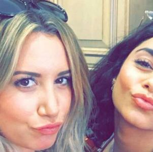 "Ashley Tisdale encontra Vanessa Hudgens na reta final da gravidez e compartilha foto fofa: ""Demorou 9 meses"""