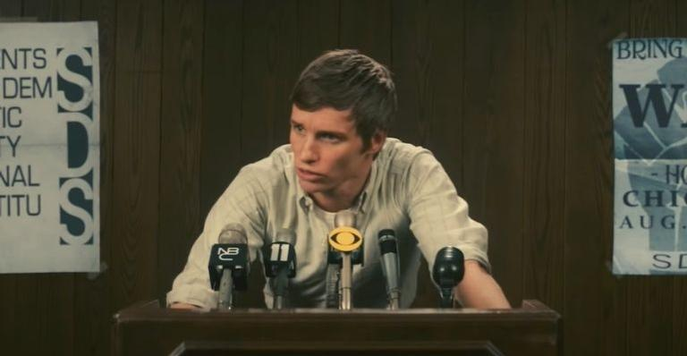 """eddie-redmayne-lidera-manifestacao-no-filme-""""os-7-de-chicago"""";-veja-trailer"""