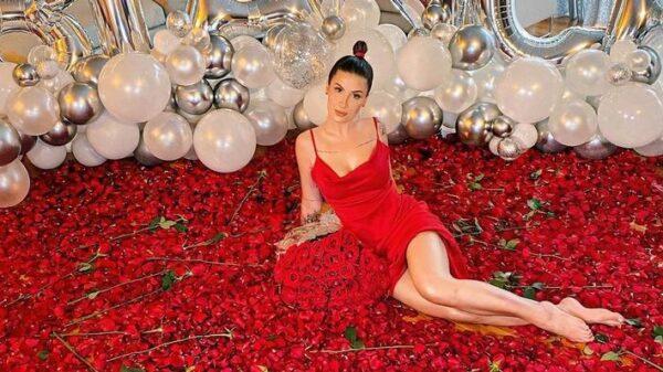 bianca-andrade-e-recebida-com-chao-coberto-de-rosas-em-comemoracao-de-seu-aniversario;-confira!