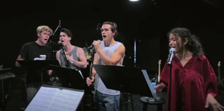 "segundo-episodio-de-""behind-the-band""-mostra-elenco-de-""julie-and-the-phantoms""-treinando-coreografia-e-vocal"