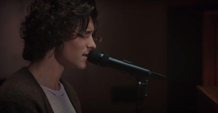 "shawn-mendes-faz-cover-de-""can't-take-my-eyes-off-you"";-veja"