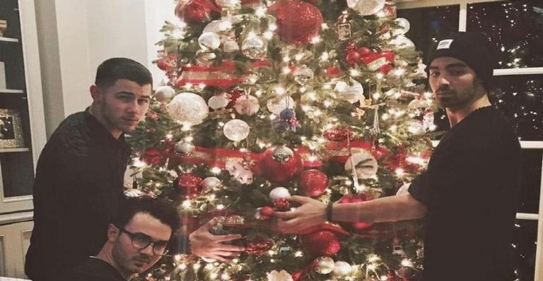 "jonas-brothers-liberam-lyric-video-da-cancao-""i-need-you-christmas"";-confira!"