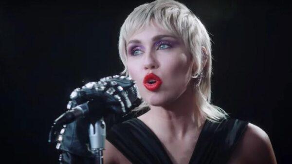 "miley-cyrus-lanca-documentario-na-apple-music-sobre-""plastic-hearts"";-saiba-mais!"