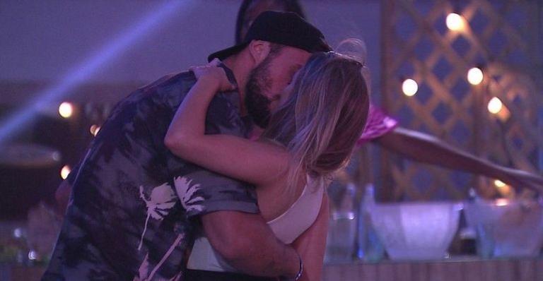 bbb21:-carla-diaz-e-arthur-se-beijam-na-festa-do-lider