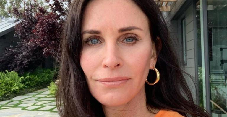 "courteney-cox,-de-""friends"",-surpreende-fas-ao-publicar-cover-de-""falling"",-do-harry-styles;-confira!"