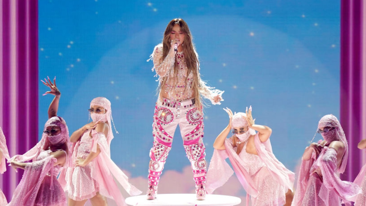 Karol G durante performance no Grammy Latino de 2020