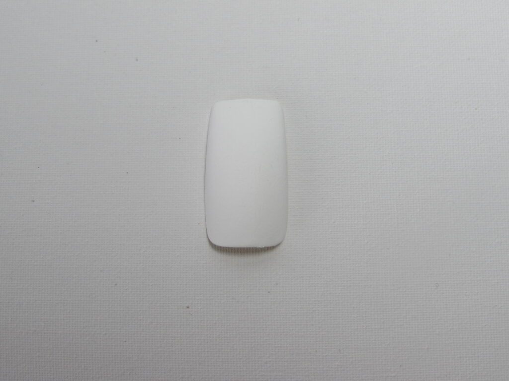 Unha esmaltada de branco em preparação para uma nail art de oncinha