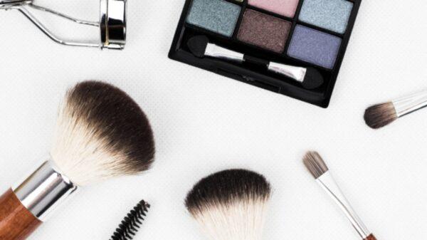 Conheça os perigos da maquiagem vencida