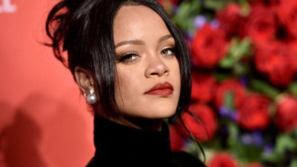 Sem ser reconhecida, Rihanna participa de protesto