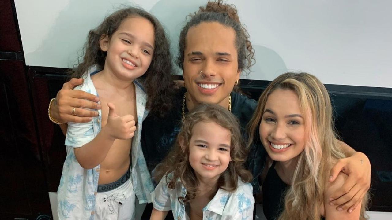 Gabriel e seus irmãos ao lado de Vitão