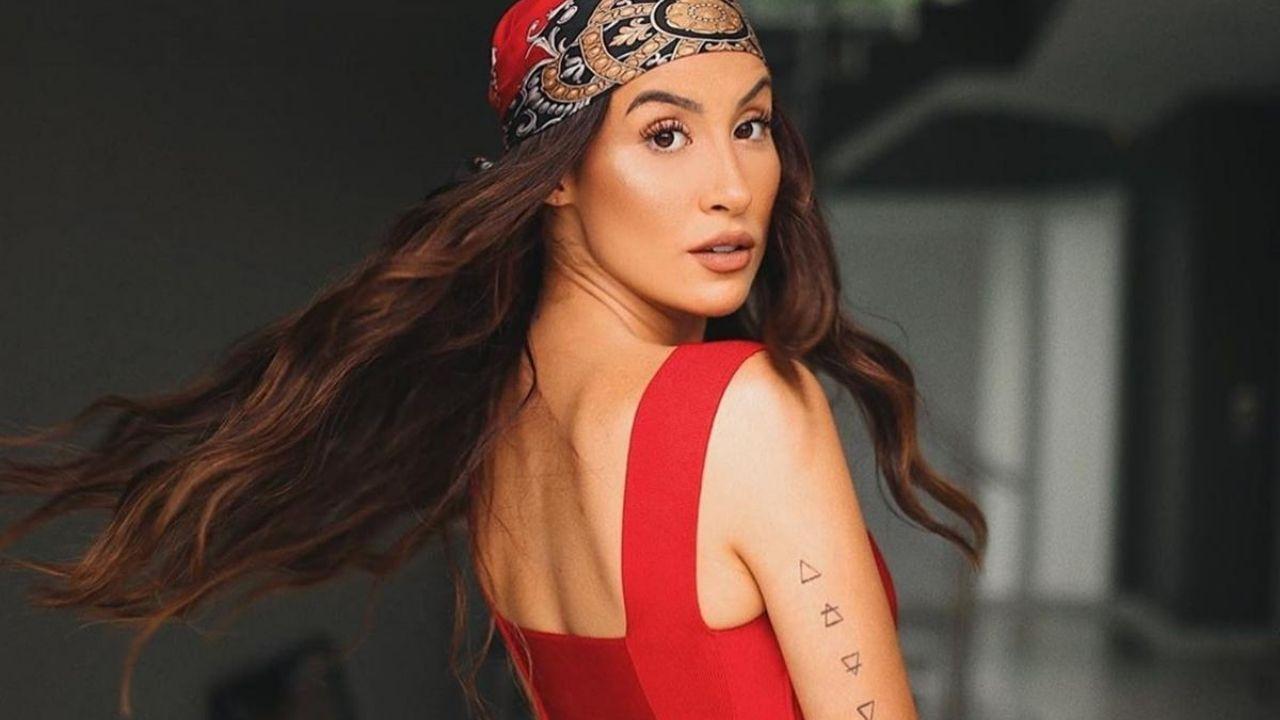 Bianca Andrade faz react de reviews que blogueiras fizeram de seus produtos