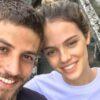 Chay Suede e Laura Neiva esquentam o clima ao postar foto se beijando