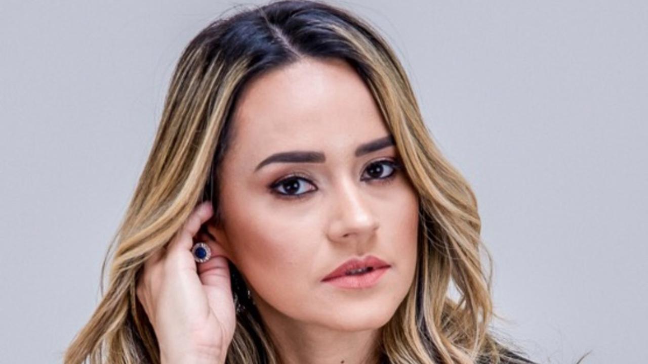 Influenciadora Livia Sampaio dá 4 dicas de como usar esse produto na maquiagem