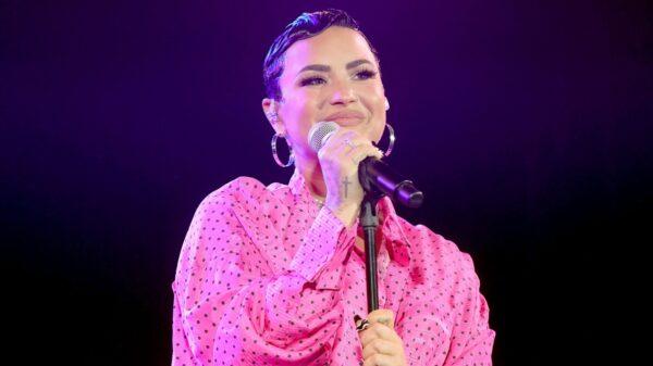 """Demi Lovato lança álbum novo, """"Dancing With The Devil... The Art of Starting Over""""."""