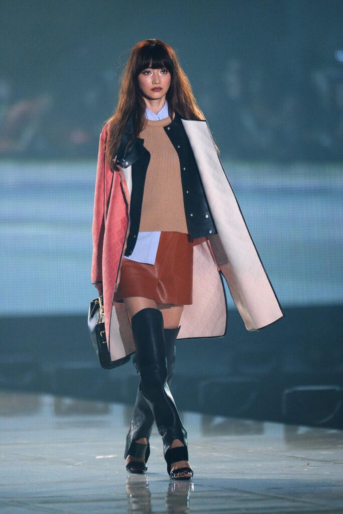 Desfile outono-inverno, com aparição de saia mini.