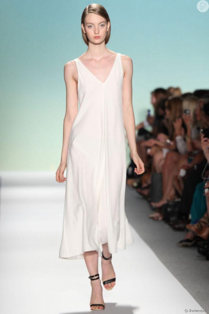 """Vestido mid branco, que pode aparecer no revival de """"Sex and the City""""."""