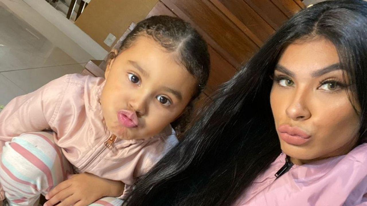 Pocah reencontra com a filha após eliminação