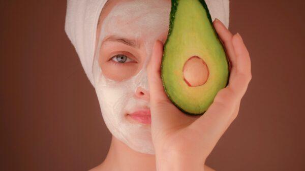 Uma das etapas importantes da skincare: higienização com espuma de limpeza.