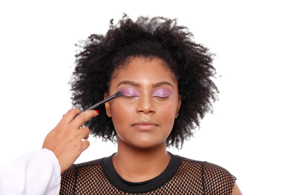 Terceiro passo do tutorial de maquiagem tendência do outono.