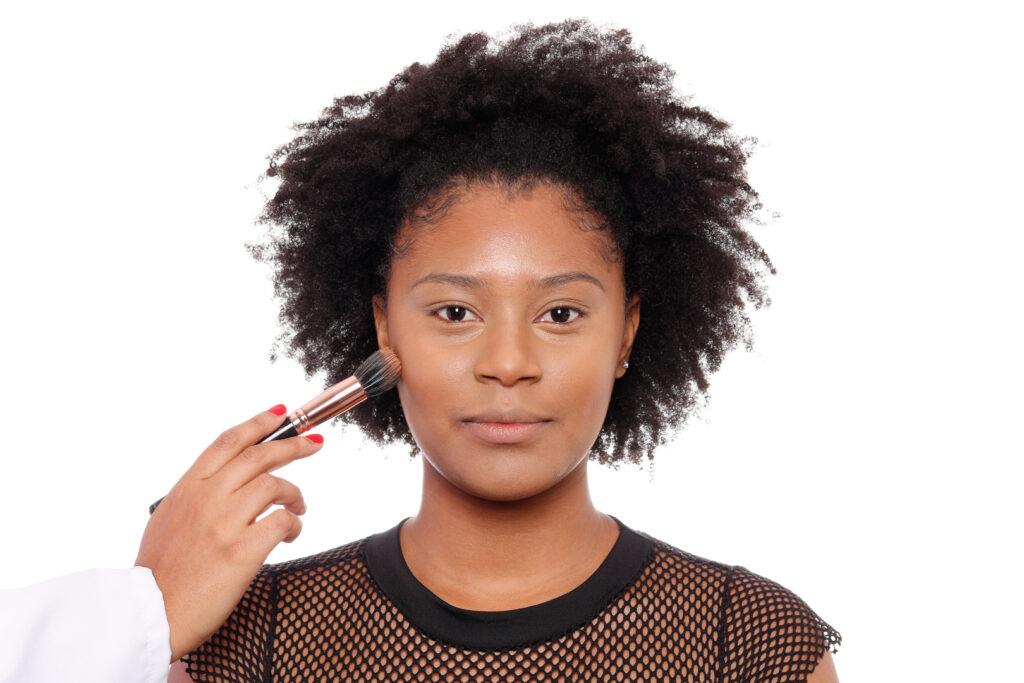 Primeiro passo do tutorial de maquiagem tendência do outono.
