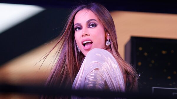 anitta faz performance de girl from rio em evento do grammy latino