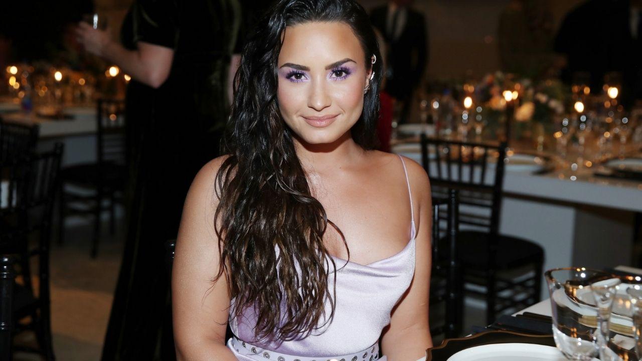 Demi Lovato comenta sobre como ajudar pessoas com vícios