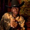 """Lil Nas X revela bastidores de calça rasgada no """"Saturday Night Live"""""""