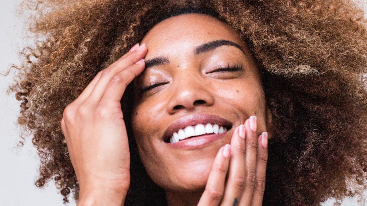 Dicas essenciais para cuidar da oleosidade da pele durante o inverno
