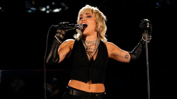 """Miley Cyrus anuncia live gratuita no YouTube """"Miley In Layers"""""""