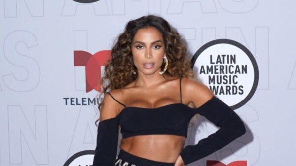 Após responder um fã, Anitta dá indícios de que não está mais namorando