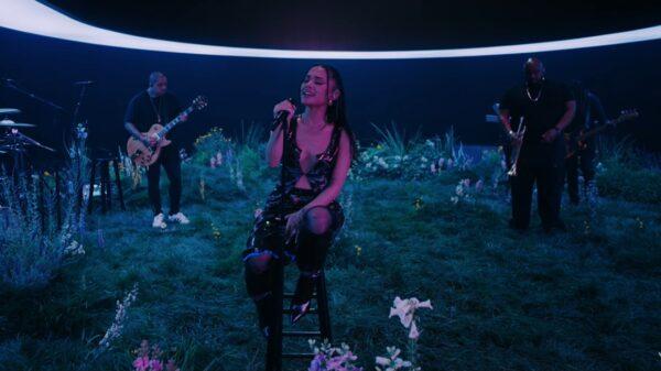 "Ariana Grande realiza performance de ""my hair"" para a Vevo"