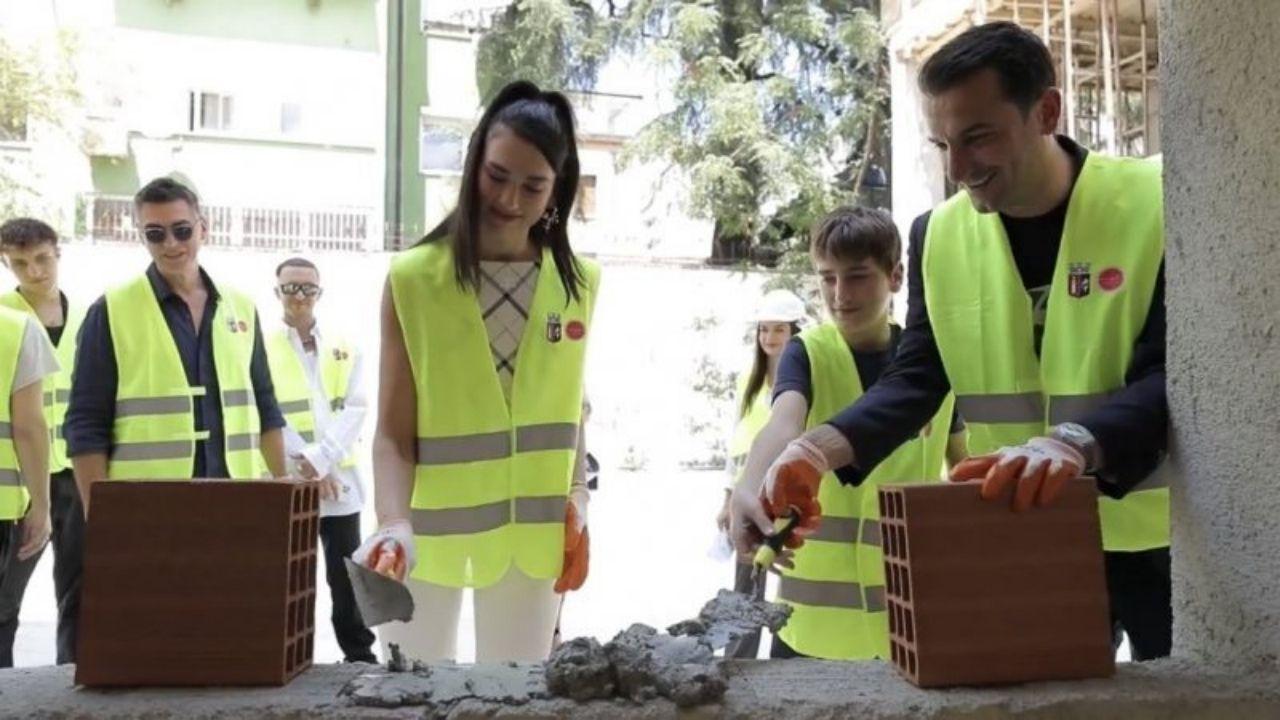 Dua Lipa compartilha registros de ação de caridade na Albânia