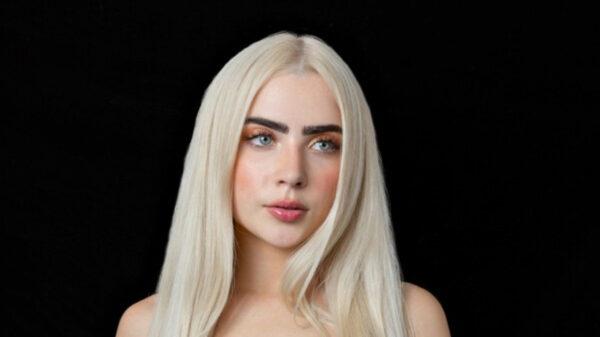 Jade Picon muda visual e surge com cabelo platinado