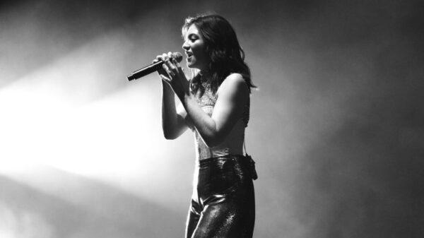 """Lorde lança o single """"Stoned at the Nail Salon"""" nesta quarta-feira (21)"""