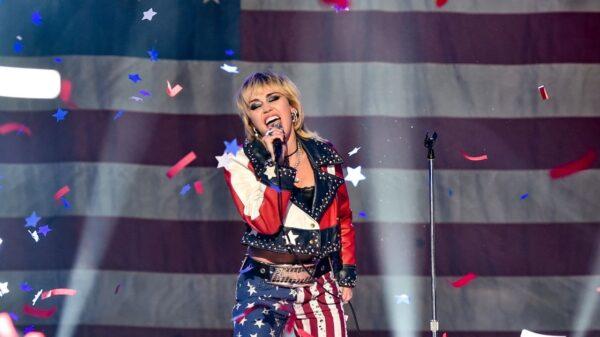 """Miley Cyrus comemora o 4 de julho com """"Party in the USA"""" e cita movimento #FreeBritney"""