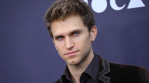 "Keegan Allen revela o porque seu personagem, Toby, continuou em ""Pretty Little Liars"""