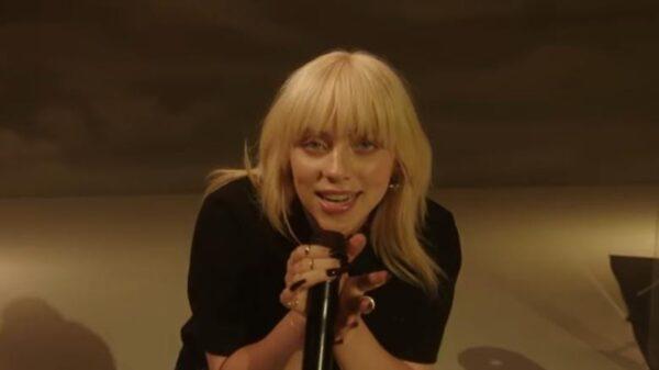 "Billie Eilish realiza performance de ""Happier Than Ever"" em programa de Jimmy Fallon"