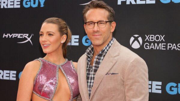 Blake Lively aparece de tênis em tapete vermelho do novo filme de Ryan Reynolds