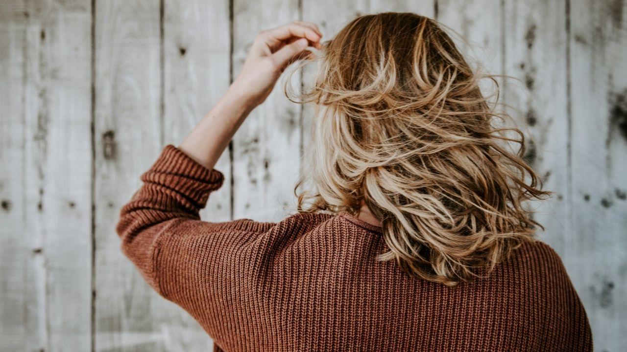 Quem tem cabelos oleosos deve usar condicionador? Tire dúvidas sobre a lavagem dos cabelos