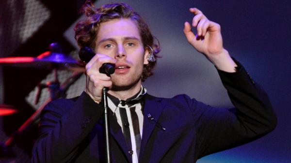 "Luke Hemmings anuncia novo single ""Place In Me"""