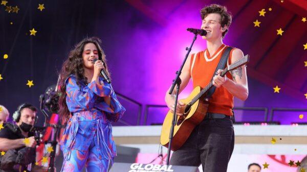 """Camila Cabello e Shawn Mendes cantam """"Señorita"""" e encantam"""