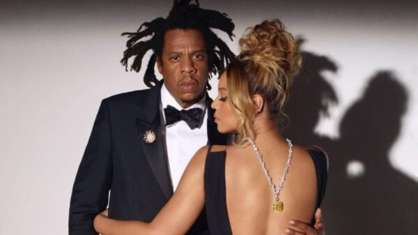 "Com o Diamante Tiffany, Beyoncé canta ""Moon River"" para Jay-Z"
