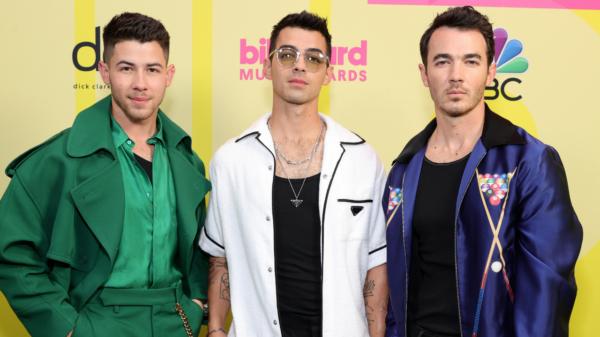 "Jonas Brothers surpreendem fãs e anunciam o single ""Who's In Your Head"""